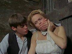 Blond làm hài lòng séc phụ đề dương vật của một chàng trai bằng tay của cô ấy